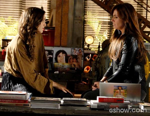 Clara explica para Marina sua situação com o marido  (Foto: Em Família / TV Globo)