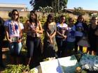 Fãs do cantor Cristiano Araújo fazem homenagens em cemitério de Goiânia