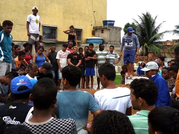 Parentes e amigos no enterro da menina Dihulia Viana, em São Luís (MA) (Foto: Danilo Quixaba/Mirante AM)