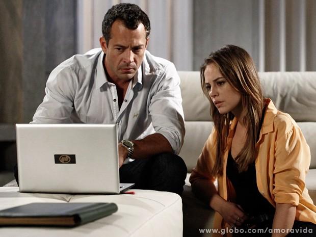 Estarrecido, o casal assiste ao vídeo de Mariah (Foto: Inácio Moraes / TV Globo)