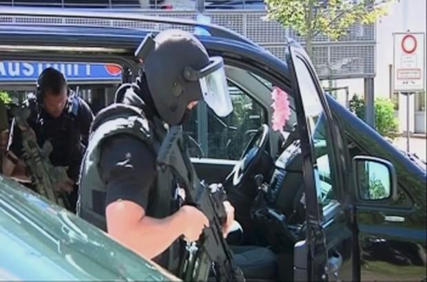 Policiais isolaram área perto do cinema em Viernheim (Foto: Rhein-Neckar-Fernsehen/REUTERS TV)