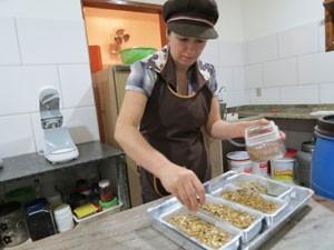 Dulce Altoé cria receitas baseadas nas necessidades especiais dos consumidores (Foto: Valdinei Guimarães/ G1ES)