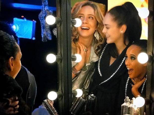 Empreguetes vibram de alegria. Que venha o sucesso! (Foto: Cheias de Charme / TV Globo)