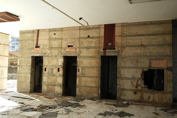 Revestimento das paredes também foi retirado no local (Foto: Lucas Leite/G1)