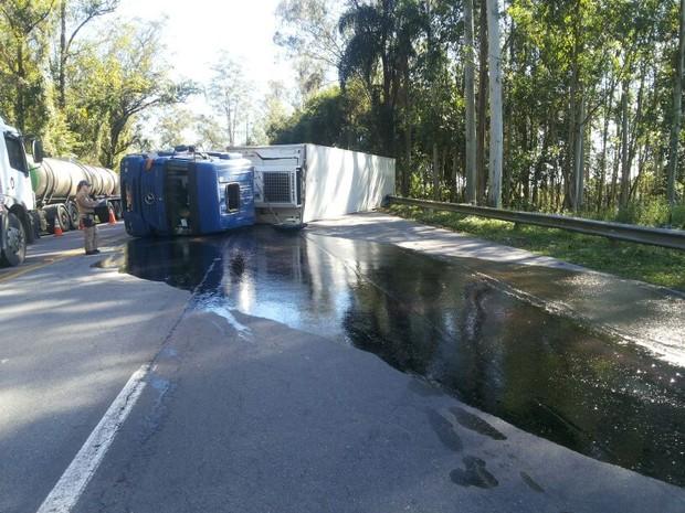 Carreta tombou na BR-470, em Ibirama (Foto: PRF/Divulgação)