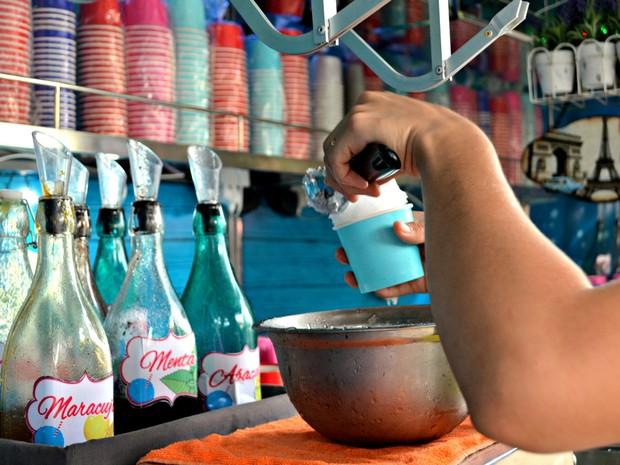 Copos usados para servir raspadinha são biodegradáveis, diz empresário (Foto: Quésia Melo/G1)