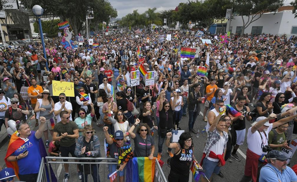 Marcha em defesa dos direitos da comunidade LGBT, em Los Angeles, nos Estados Unidos (Foto: Associated Press)