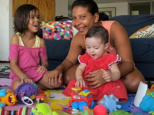 A babá Erly Maria da Silva, mãe de Evelyn, 8 anos, há dois cuida de Dora, que atualmente tem 7, e da pequena Nina (Foto: Luiza Mendonça/G1)