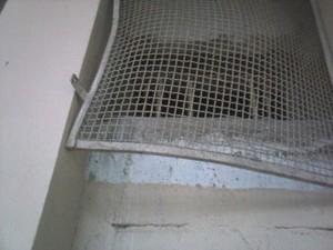 Janela violada por detentos em cadeia de Dores do Indaiá (Foto: PC/Divulgação)