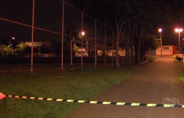 Garoto de 16 anos é morto a tiros no Setor Vila Redenção, em Goiânia (Foto: Reprodução/ TV Anhanguera)