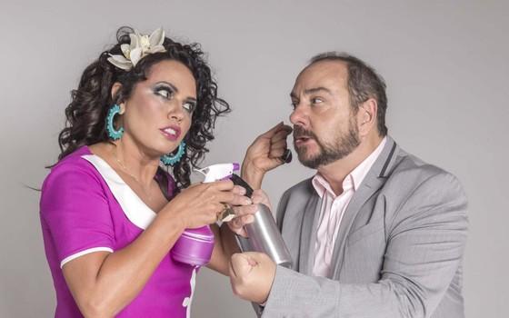 """Dadá Coelho e Beto Carramanhos estavam em cartaz no Teatro Clara Nunes com a comédia Corta"""": """"O fogo lambeu tudo"""" (Foto: Divulgação)"""