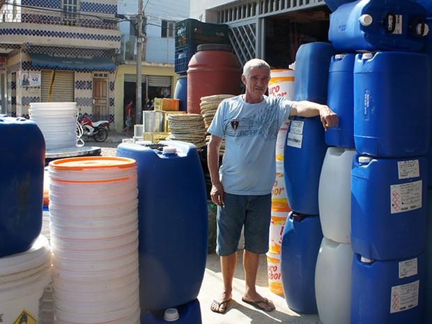 Comerciante, Hélio Alves diz que a venda de baldes para armazenar água representa mais de 30% das vendas em São Miguel (Foto: Anderson Barbosa/G1)