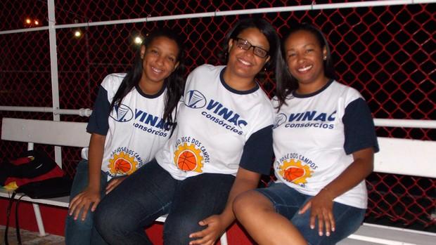 As torcedoras do São José Basquete Ana Elisa (esquerda), Ana Flávia (centro) e Ana Lídia (direita) (Foto: Danilo Sardinha/Globoesporte.com)
