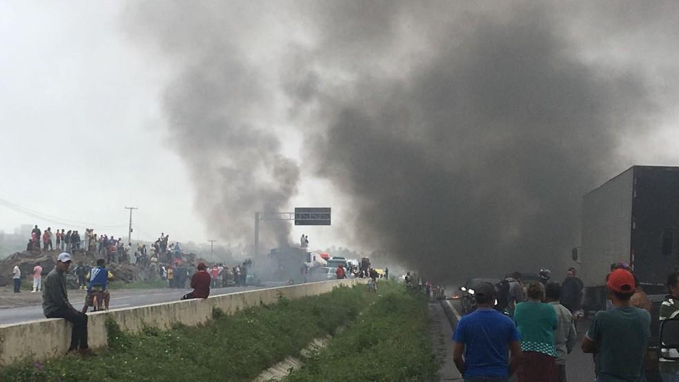 Bloqueio interdita trecho da BR-232 em São Caetano (Foto: Anderson Melo/TV Asa Branca)