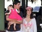 Fernanda Pontes usa viseira do Mickey para passear em família