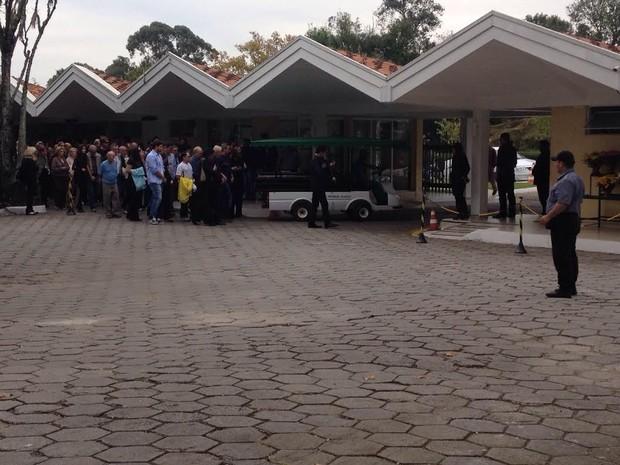 Centenas de pessoas acompanharam o cortejo (Foto: Fernando Castro/G1)