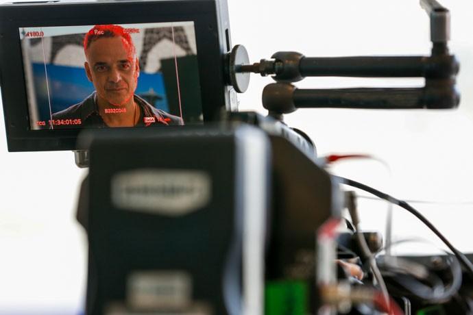 Ângelo Antônio grava no aeroporto (Foto: Ellen Soares/Gshow)