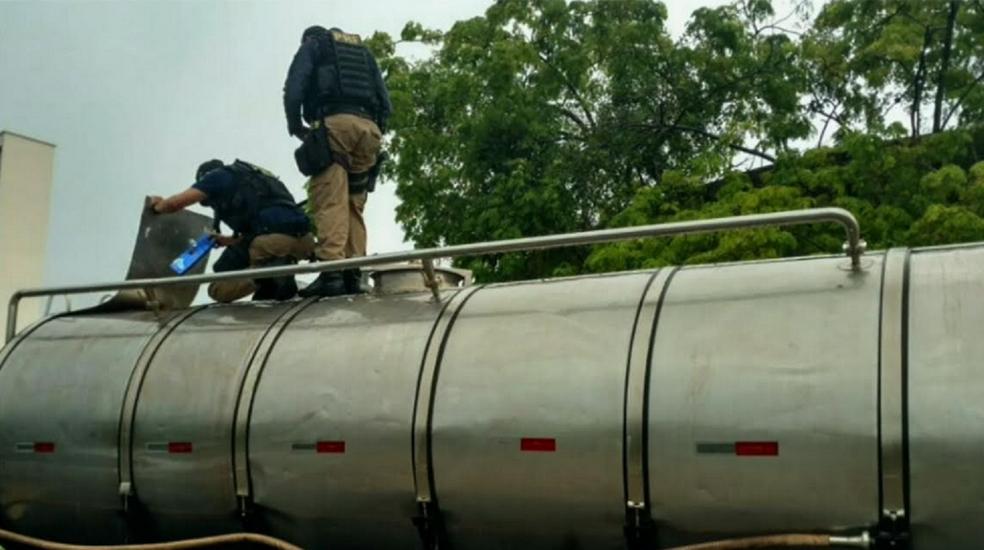 Ele foi trazido para a sede da Polícia Federal, em Fortaleza, onde vai ser feita a pesagem da droga.  (Foto: Reprodução/TV Verdes Mares)