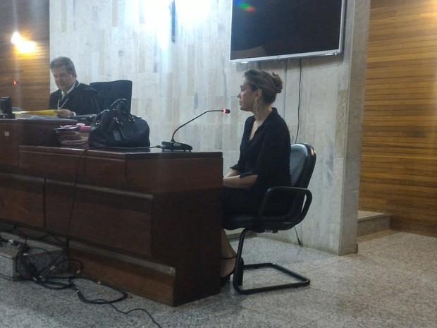 Delegada Silvana Nunes Ferreira fala como testemunha da acusação em julgamento, em Goiás (Foto: Vanessa Martins/G1)