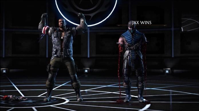 Jax apesar de aplicar um Fatality ainda deixa seu oponente vivo (Foto: Reprodução/YouTube)