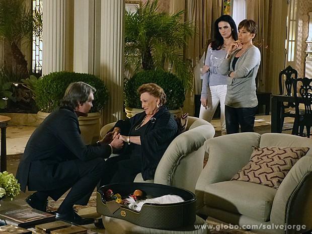 Leonor afirma que já sabia sobre a paternidade de Carlos e ele continua na presidência (Foto: Salve Jorge/TV Globo)