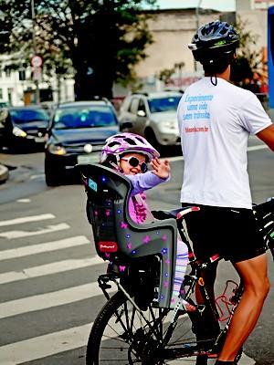 O atendente Wagner Hirata e a filha Melissa; bicicleta; filhos (Foto: Raoni Maddalena)