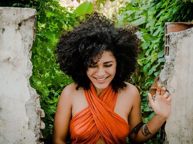 Cantora e compositora Josyara se apresenta no Lálá Multiespaço, localizado no bairro do Rio Vermelho, em Salvador (Foto: Divulgação)