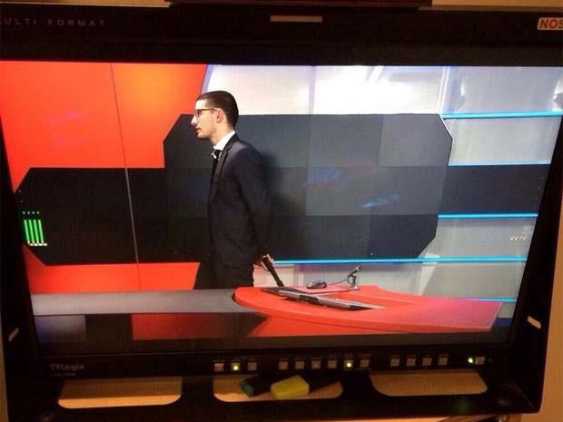 Vídeo mostra homem armado dentro dos estúdios da emissora 'NOS' nesta quinta-feira (29), na Holanda (Foto: Reprodução/ Twitter/ Rik van den Berg)