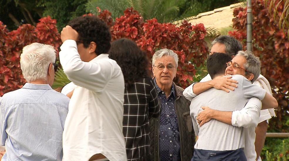 Caetano Veloso no Cemitério Jardim da Saudade, em Salvador (Foto: Reprodução/TV Bahia)