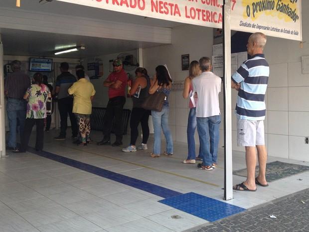 Agência lotéria permanece com filas de clientes em busca de pagamento de contas, em Goiânia, Goiás (Foto: Fernanda Borges/G1)