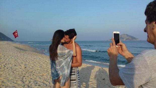 Felipe Dylon, a modelo Amanda Wikhel e o diretor Ernesto Picolo (Foto: Divulgação)