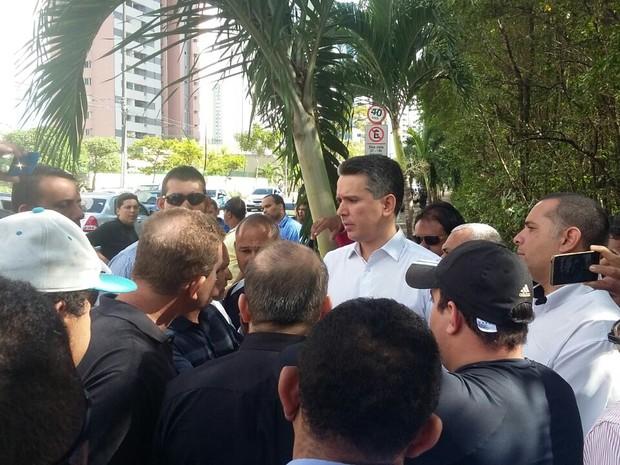 Taxistas organizam carreta rumo a prefeitura contra o Uber no Recife (Foto: Pedro Lins/TV Globo)