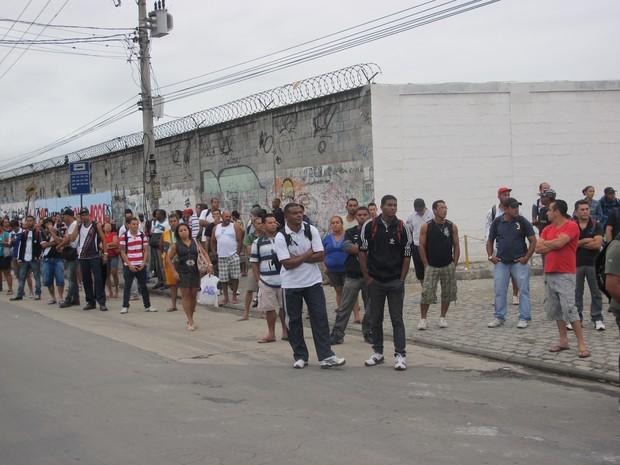 Passageiros aguardam em ponto de ônibus (Foto: Renata Soares/ G1)