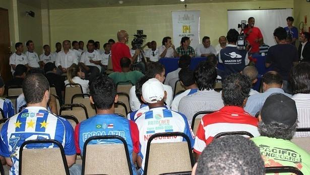 Coletiva reuniu jogadores, comissão técnica e torcedores do Tufão (Foto: Adeilson Albuquerque/GLOBOESPORTE.COM)