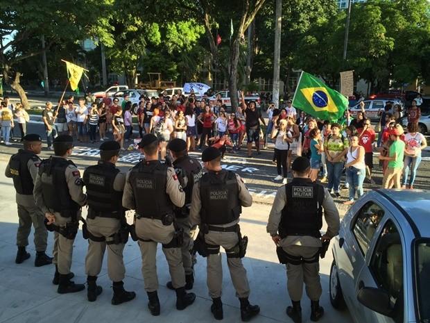 Polícia Militar acompanhou o protesto na sede do PMDB (Foto: Walter Paparazzo/G1)