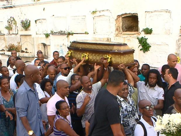 Cabeleireiro Valdir Macário foi enterrdao na tarde deste domingo (Foto: Reprodução/TV Bahia)