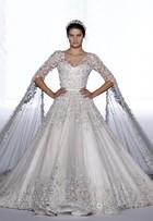 Isabelli Fontana brilha em desfile na França com vestido de noiva