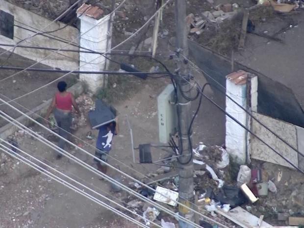 Moradores deixam área da Cidade de Deus após ação de reintegração de posse (Foto: Reprodução/TV Globo)