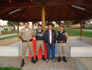 Denílson da Silva Borges, sargento e campeão de jiu-jitsu ao lado de parceiros do projeto Nasce (Foto: Arquivo Pessoal)