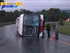 Idosa morre e 12 passageiros ficam feridos após ônibus tombar em SC