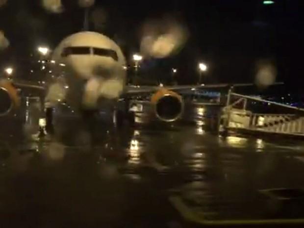 Ventania no Aeroporto de Guarulhos derrubou escada de embarque e desembarque na pista (Foto: Reprodução TV Globo)