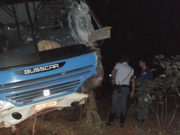 Frente do ônibus ficou parcialmente destruída (Foto: João Trentini)