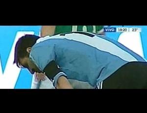 Messi vomita em jogo da Argentina na Bolívia (Foto: Reprodução)