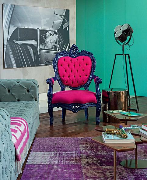 A antiga poltrona francesa foi repaginada com tons marcantes. Experimente também misturar cores na hora de reformar seu móvel antigo. Ideia da arquiteta Andrea Murao