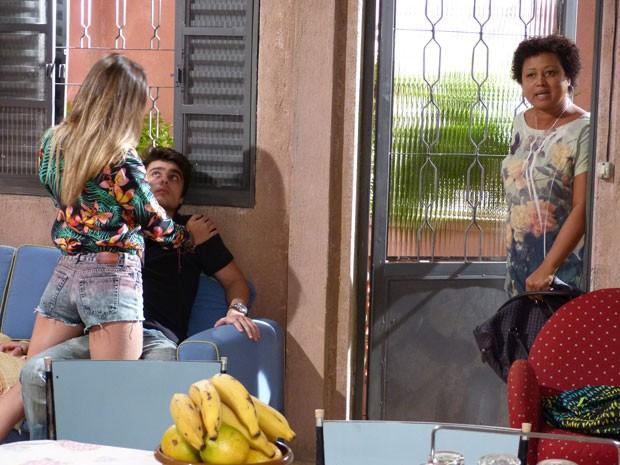 Dona Rosa chega bem na hora e acaba com o clima entre Fatinha e Vitor (Foto: Malhação / Tv Globo)