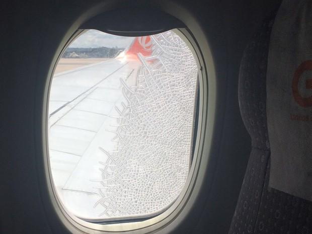 Vidro trincado em cabine de avião (Foto: Juliana Maglio)