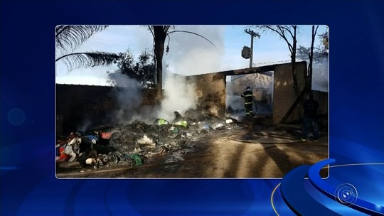Incêndio destrói parte de empresa que revende materiais plásticos em rodovia de Jaú