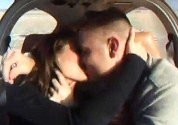 Casal se beija após pedido de casamento em voo. (Foto: Reprodução)