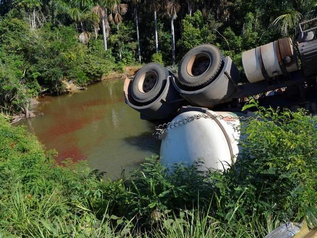 Mais de 20 mil litros de óleo escorreram pelo Rio Santo Amaro (Foto: Jeferson Guedes/G1)
