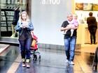 Carolinie Figueiredo vai ao shopping com a filha